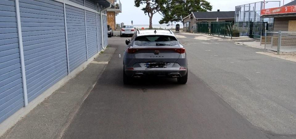 parkering på fel sida vägen